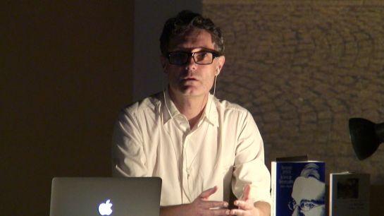 """Christophe Pellet nella conferenza-performance """"Pour une contemplation subversive""""."""